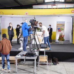 Making-of 10. Die Bühne des Trucks mit vielen Menschen und Technik, der Dreh wird vorbereitet.
