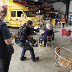 Making-of 4. Das Kamerateam filmt im Aufenthaltsbereich.