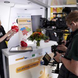 Making-of 7. Gewinnerin zeigt Stofftier in die Filmkamera.